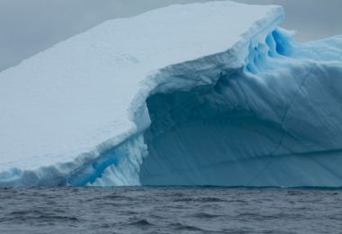 Bad news, beneath ' doomsday glacier' in Antarctica, the temperature of the water gets warm in the ocean, alarmed by a scientist.